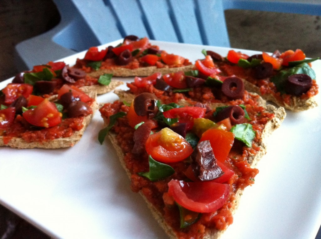 raw spinach olive pizza with 2 minute pizza sauce nmhempster. Black Bedroom Furniture Sets. Home Design Ideas
